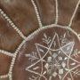 gråbrun læder puf